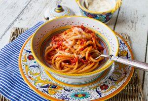 espaguetis con salsa amatriciana