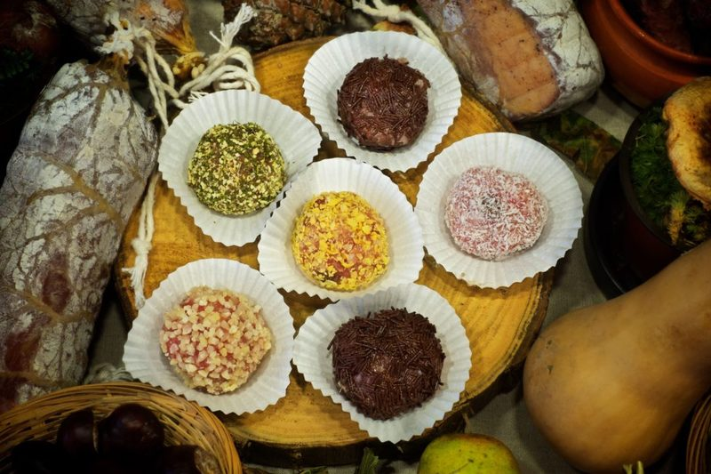 Carnellets: panellets de carn fets amb botifarra dolça