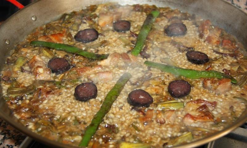 """Así es como os ha de quedar el arroz con alcachofa y butifarra negra en la última cocción. (Crédito:"""" Ben Remenat"""")"""