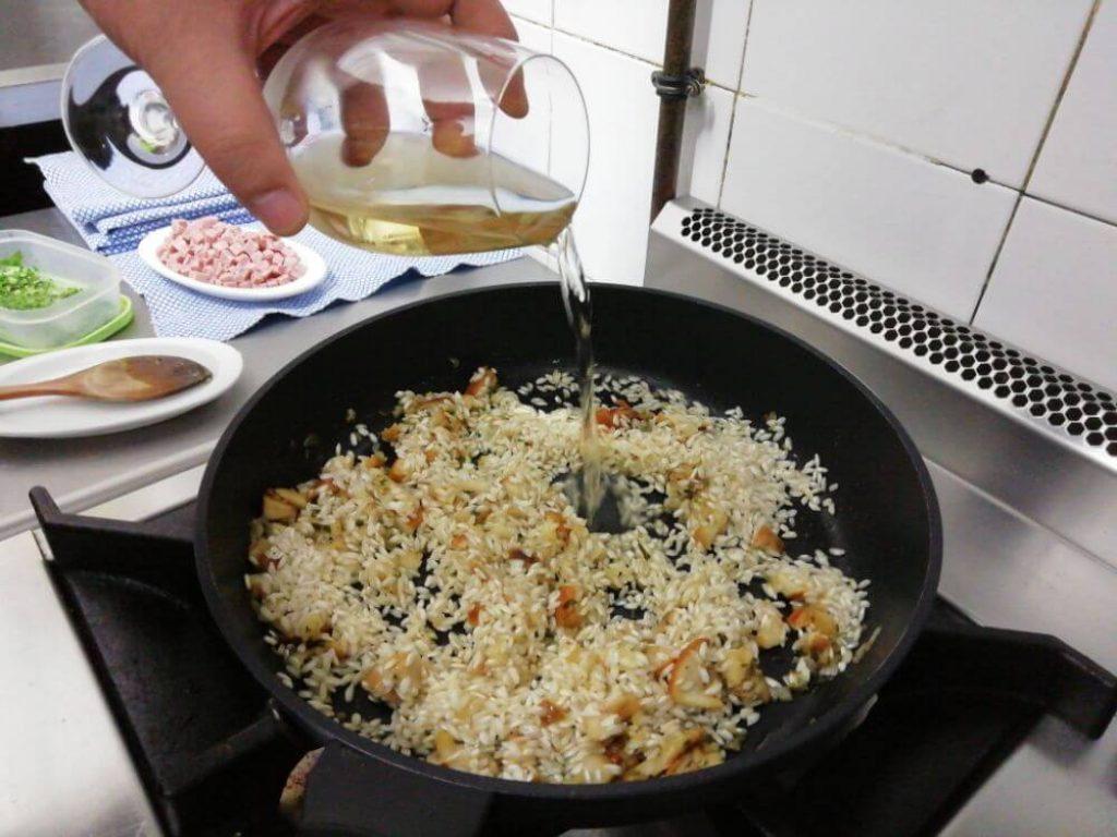 incorporamos el arroz y el vino blanco