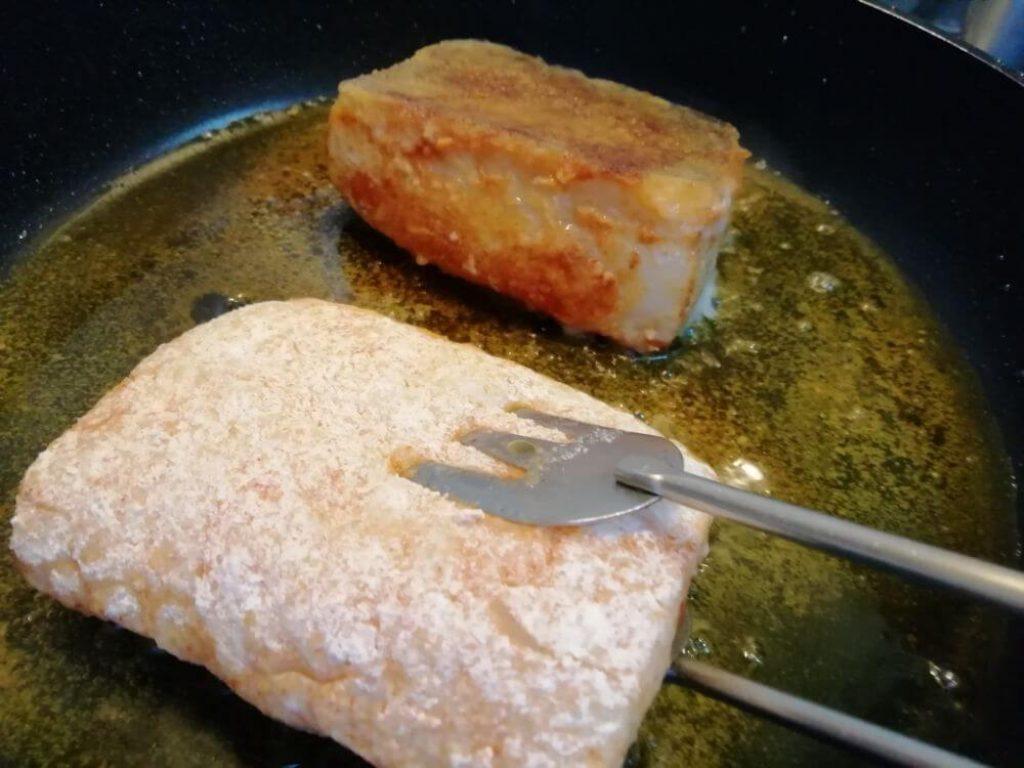 com fregir el bacallà en una paella