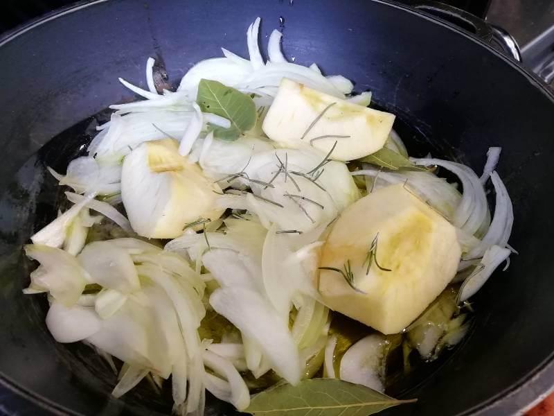 codillo al horno sofreir manzana y cebolla